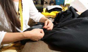 Danka bezig met het rimpelwerk van  een  toga